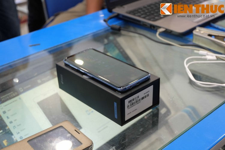 "Nhon nhip di mua hang ""nong"" Samsung Galaxy S8 Plus vua len ke-Hinh-16"