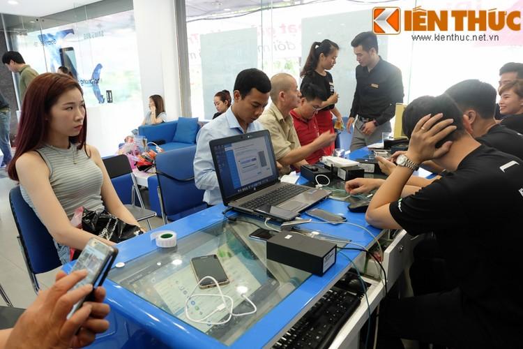 "Nhon nhip di mua hang ""nong"" Samsung Galaxy S8 Plus vua len ke-Hinh-4"
