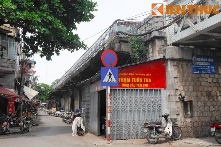 Anh: Can canh 127 vom cau o pho co Ha Noi sap duc thong-Hinh-16