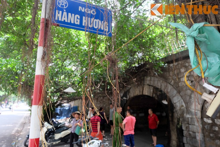 Anh: Can canh 127 vom cau o pho co Ha Noi sap duc thong-Hinh-8