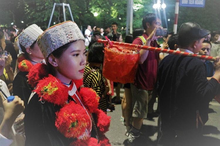 Danh tinh co gai nguoi Dao xinh dep tren pho Ho Guom-Hinh-3