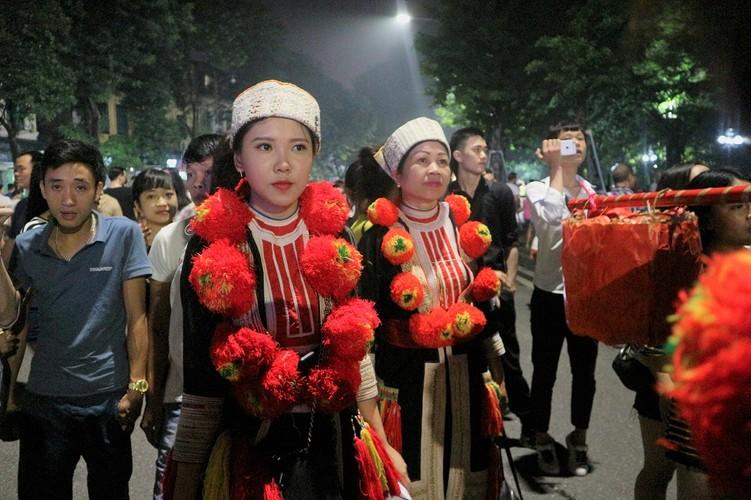 Danh tinh co gai nguoi Dao xinh dep tren pho Ho Guom