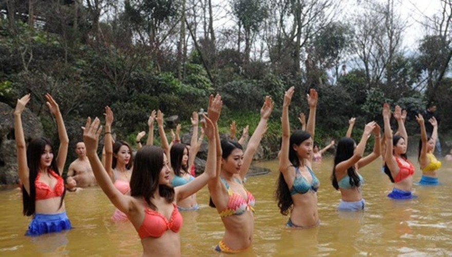 Man nhan man tap yoga duoi nuoc cua my nu Trung Quoc-Hinh-2