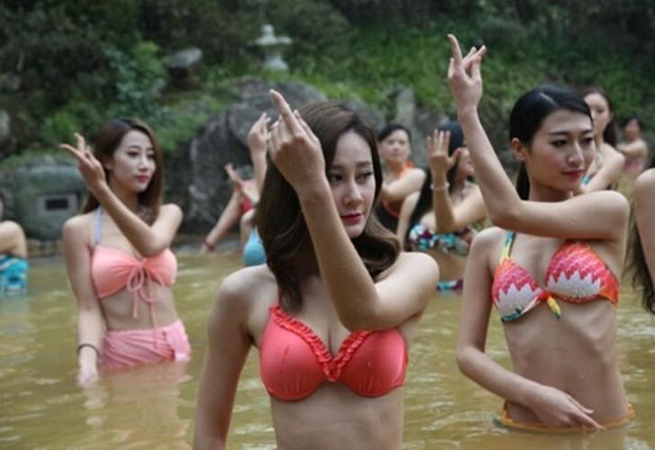 Man nhan man tap yoga duoi nuoc cua my nu Trung Quoc-Hinh-3