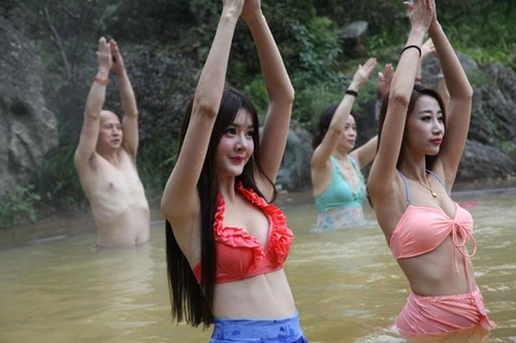 Man nhan man tap yoga duoi nuoc cua my nu Trung Quoc-Hinh-4