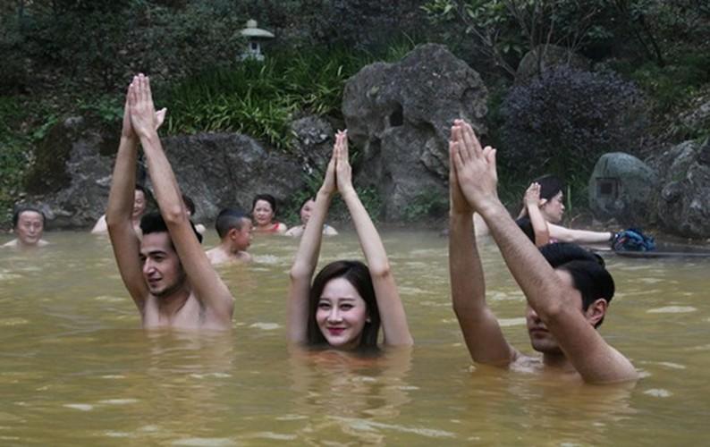 Man nhan man tap yoga duoi nuoc cua my nu Trung Quoc-Hinh-6