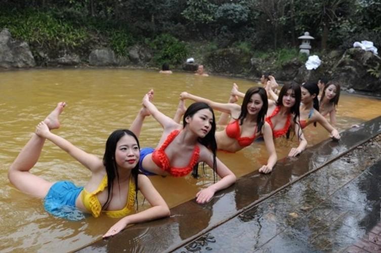 Man nhan man tap yoga duoi nuoc cua my nu Trung Quoc