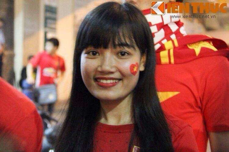 """Co gai xu Nghe khien """"chang lun"""" U19 Viet Nam sieu long"""
