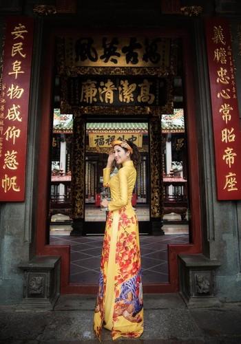 Nu game thu Viet xinh lung linh trong ao dai Tet-Hinh-3