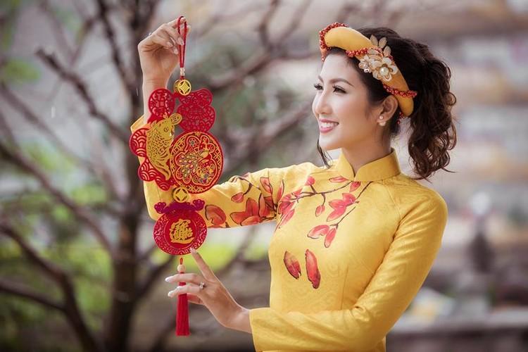 Nu game thu Viet xinh lung linh trong ao dai Tet