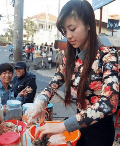 Hot girl banh trang tron bat ngo xuat hien tren bao Han-Hinh-2