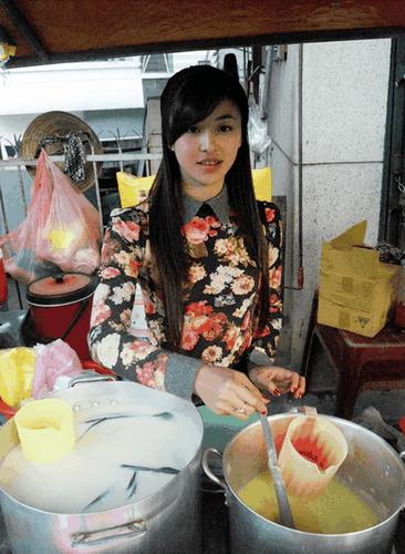 Hot girl banh trang tron bat ngo xuat hien tren bao Han-Hinh-3