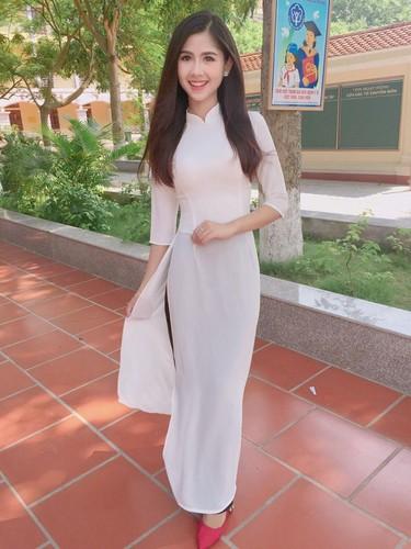 Hot girl chan khoeo Hai Duong khoe anh ao dai trang tinh khoi-Hinh-2