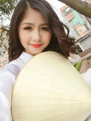 Hot girl chan khoeo Hai Duong khoe anh ao dai trang tinh khoi-Hinh-3