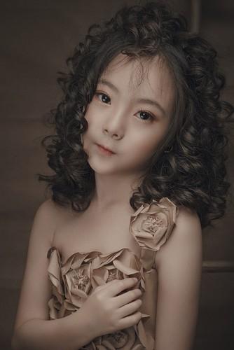 "Ngam co be 8 tuoi ""chuan hot girl"" khien dan mang xon xang-Hinh-2"