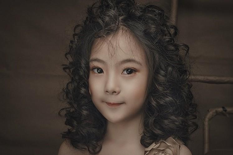 "Ngam co be 8 tuoi ""chuan hot girl"" khien dan mang xon xang"