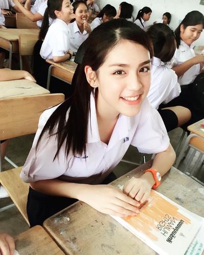 Chan dung hot girl Thai Lan mac dong phuc cung xinh ngay ngat