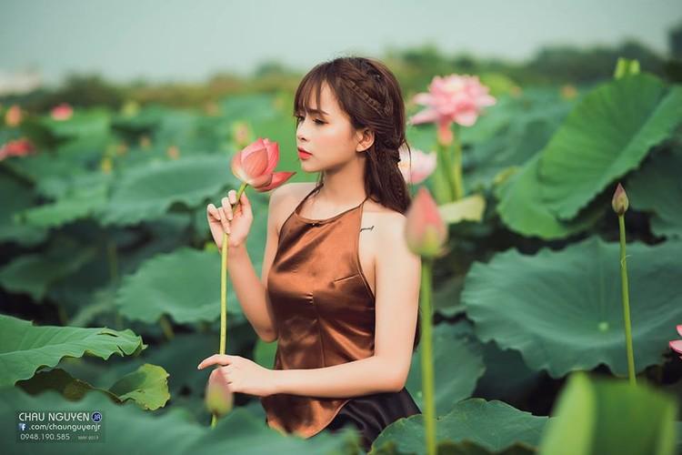 Gai xinh Tuyen Quang khoe lung tran nuot na ben hoa tuong vi-Hinh-10