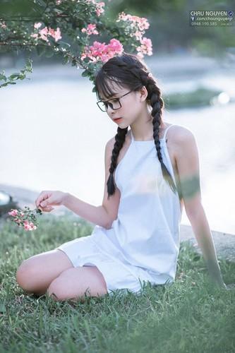 Gai xinh Tuyen Quang khoe lung tran nuot na ben hoa tuong vi-Hinh-2