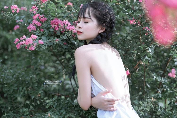 Gai xinh Tuyen Quang khoe lung tran nuot na ben hoa tuong vi-Hinh-5