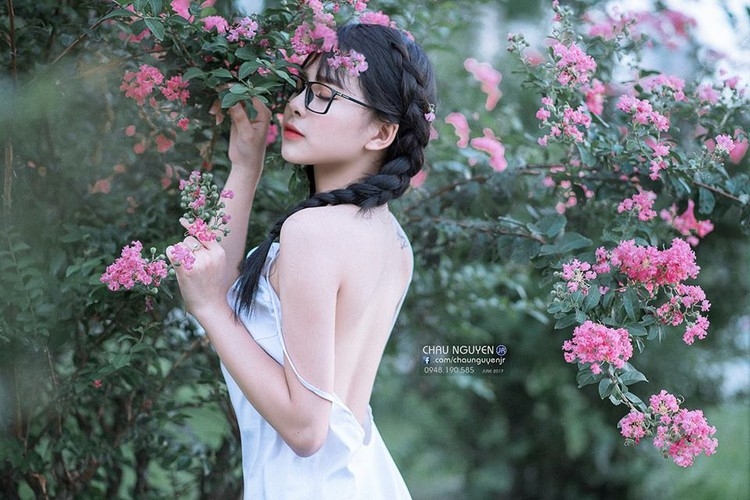 Gai xinh Tuyen Quang khoe lung tran nuot na ben hoa tuong vi