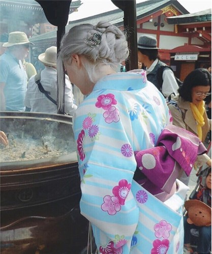 "Ngo ngang voi nhan sac cua ""thien than toc bach kim"" mac kimono-Hinh-2"