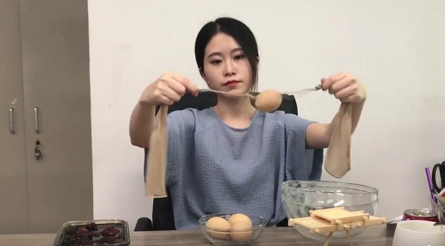 """""""Thanh nu cong so"""" kiem tien ty nho clip nau an van phong-Hinh-7"""