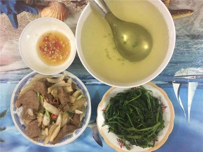 Nu sinh Cong nghiep khoe bua an ngon chua toi 25.000 dong-Hinh-6