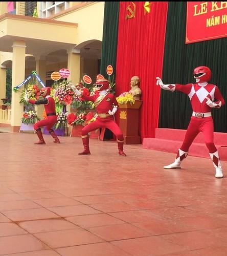"Xon xao ""sieu nhan"" xuat hien trong le khai giang o Lao Cai-Hinh-9"