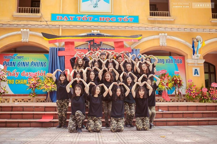 """Dan mang """"phat cuong"""" vi nam sinh truong THPT Phan Dinh Phung-Hinh-10"""