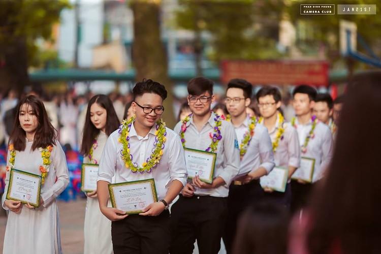 """Dan mang """"phat cuong"""" vi nam sinh truong THPT Phan Dinh Phung-Hinh-8"""