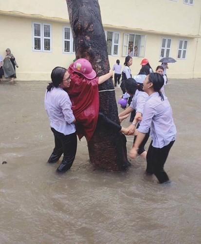 Tro vui ba dao cua hoc sinh khi san truong ngap lut-Hinh-2