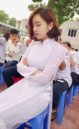 Mac ao dai ngu gat giua san truong, 10X Hung Yen gay sot