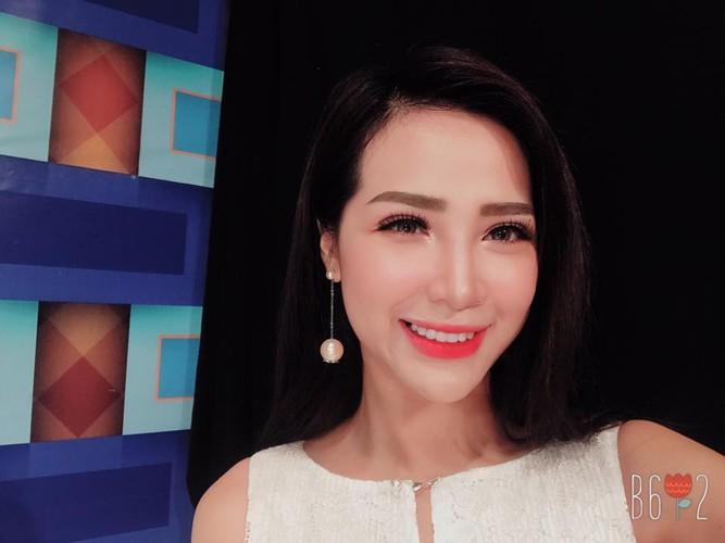 """Nguoi mau goc Hoa xinh dep cuon hut tren san bong """"phui"""" Viet-Hinh-5"""