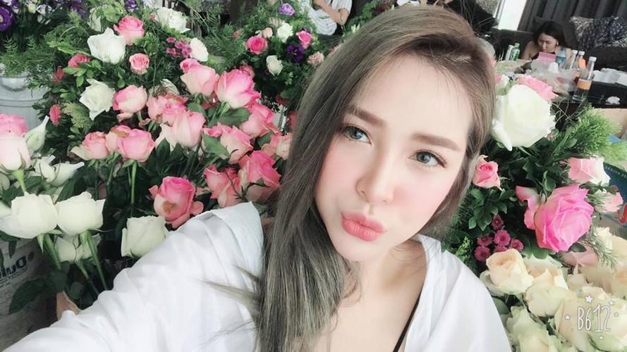 """Nguoi mau goc Hoa xinh dep cuon hut tren san bong """"phui"""" Viet-Hinh-7"""