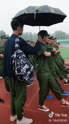 """""""Dang long"""" nam sinh cam o che cho ban gai hoc quan su-Hinh-2"""