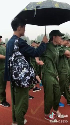 """""""Dang long"""" nam sinh cam o che cho ban gai hoc quan su-Hinh-3"""
