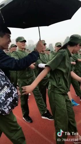 """""""Dang long"""" nam sinh cam o che cho ban gai hoc quan su-Hinh-4"""
