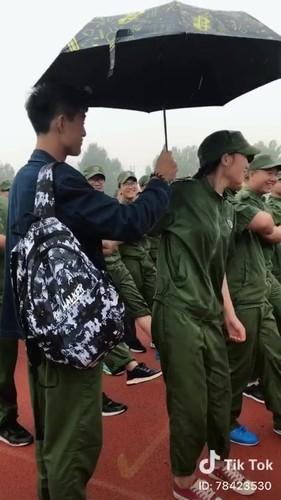 """""""Dang long"""" nam sinh cam o che cho ban gai hoc quan su-Hinh-5"""