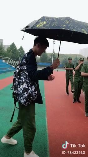 """""""Dang long"""" nam sinh cam o che cho ban gai hoc quan su-Hinh-6"""