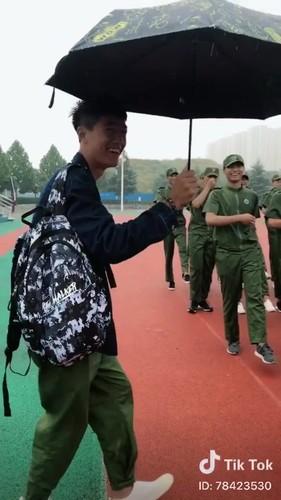 """""""Dang long"""" nam sinh cam o che cho ban gai hoc quan su-Hinh-7"""