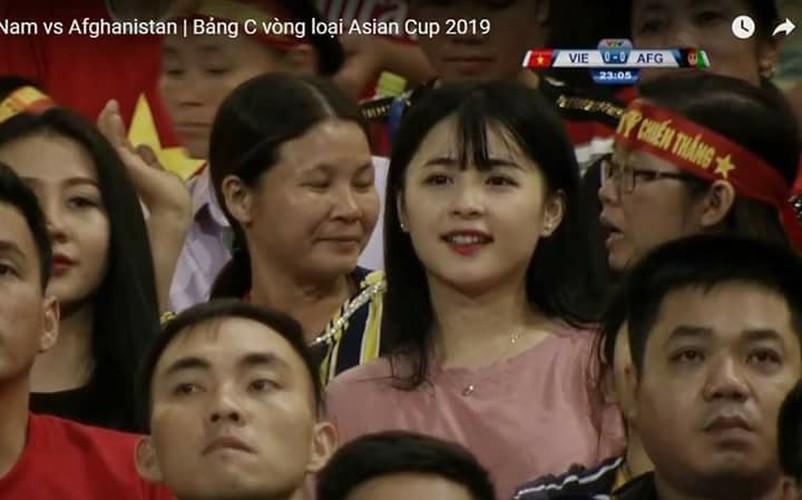 """Hot girl ao hong"" o My Dinh duoc khen xinh hon hoa hau"