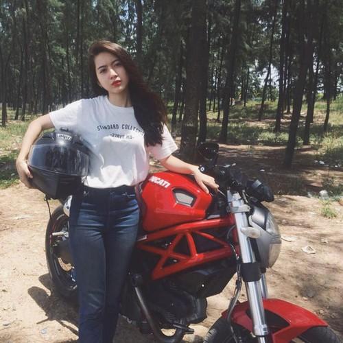 """Qua xinh, qua """"chat""""... nu biker Viet len bao nuoc ngoai"""