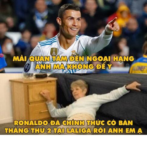 "Anh che bong da: Trong tai Ronaldo ""cuop"" ban thang cua Messi-Hinh-3"