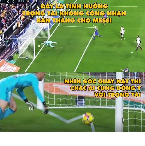 "Anh che bong da: Trong tai Ronaldo ""cuop"" ban thang cua Messi"