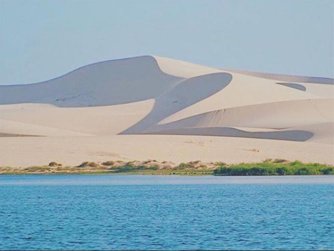 Còn với Bàu Ông có độ sâu lớn hơn, nước trong xanh màu ngọc bích. Sẽ thật tuyệt nếu bạn thử tham gia thú vui chèo thuyền trên hồ, ngắm non nước hữu tình.