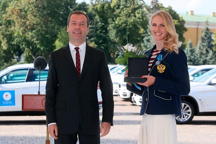 Tong thong Putin trao tang xe BMW cho VDV Olympic-Hinh-3