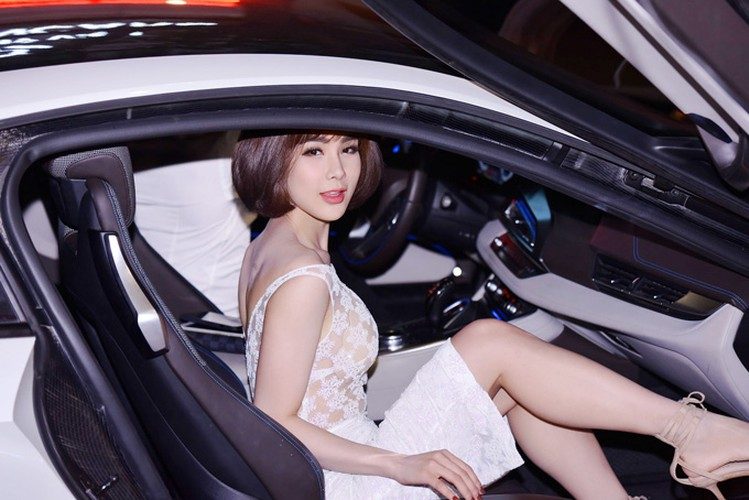 "Diep Lam Anh dien ""ho bao"" cuoi sieu xe BMW i8 tien ty-Hinh-2"
