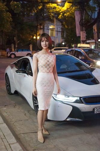 "Diep Lam Anh dien ""ho bao"" cuoi sieu xe BMW i8 tien ty-Hinh-4"