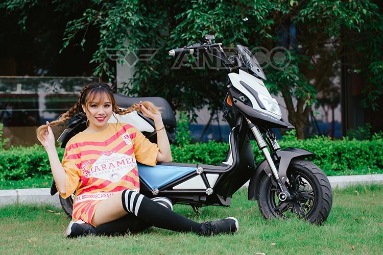 Teen Viet do ca tinh voi xe dien Anbico Zoe-Hinh-3